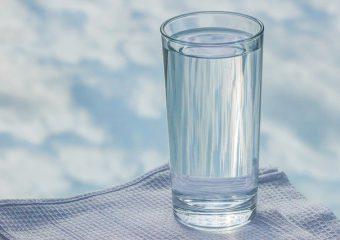 Beber água na quantidade recomendada ajuda a prevenir doenças graves, como cálculo renal