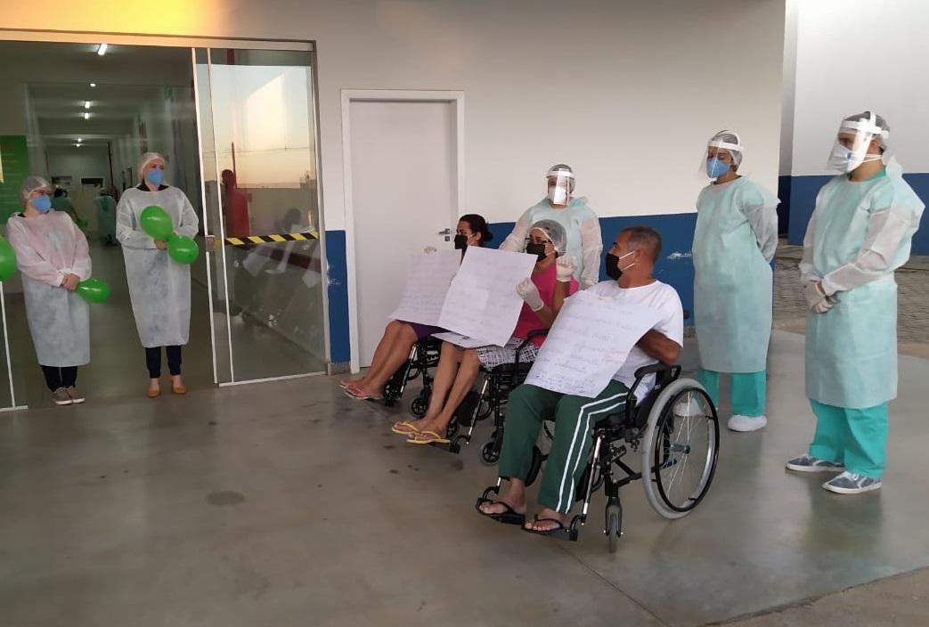 Família se cura de Covid-19 no HRL