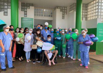 Paciente recebe alta da UTI após 49 dias de internação no HRF