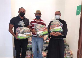 HRF arrecada e distribui 50 cestas básicas para famílias da região