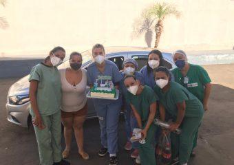 Paciente do HRSLMB que teve Covid-19 presenteia equipe da unidade com um bolo após alta