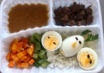 Equipes de nutrição e da cozinha do HRSLMB servem refeições decoradas aos pacientes e colaboradores