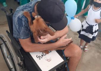 Vigilante é recebido por cachorro de estimação na saída do Hospital Estadual de Luziânia